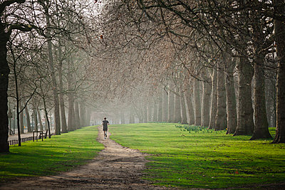Running in Hyde Park. - p343m1184501 by Christopher Kimmel photography