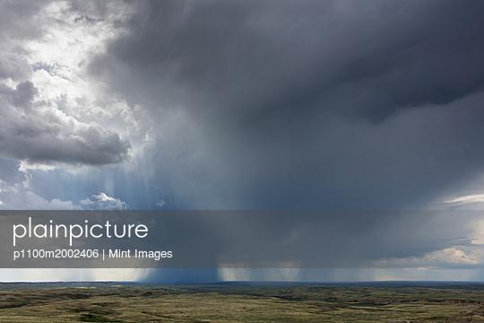 plainpicture - plainpicture p1100m2002406 - Dark storm clouds of over G... - plainpicture/Mint Images