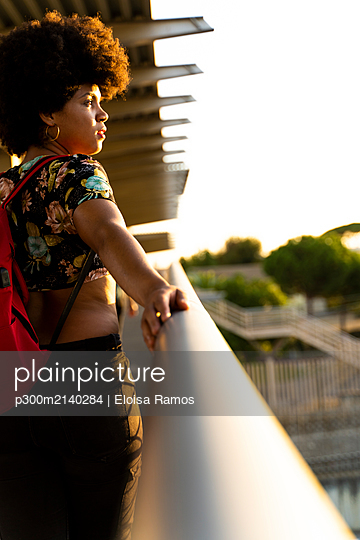 Female Afro-American looking sideways - p300m2140284 by Eloisa Ramos