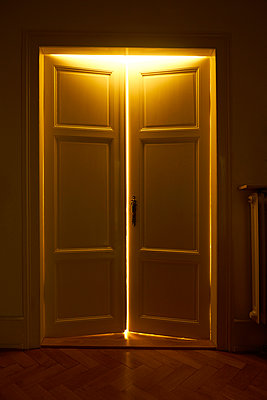 Appartment door and incidence of light  - p1312m2168087 by Axel Killian