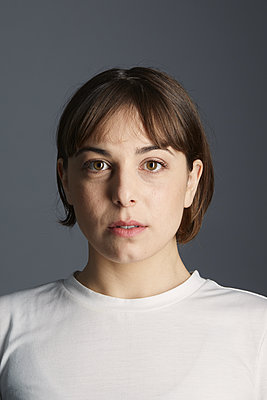 Portrait of a woman with brown hair - p1540m2128437 by Marie Tercafs