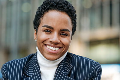 Smiling young businesswoman with short hair wearing blazer - p300m2241813 by Katharina und Ekaterina