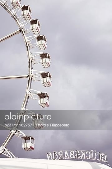 Riesenrad vor Gewitterhimmel - p237m1162757 von Thordis Rüggeberg