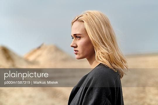 Netherlands, portrait of blond young woman on the beach - p300m1587319 von Markus Mielek