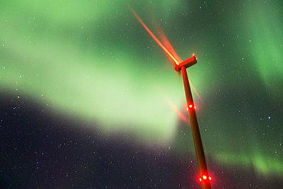Windpark im Nordlicht - p1079m1042430 von Ulrich Mertens