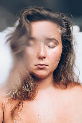 Müde junge Frau - p1507m2110330 von Emma Grann