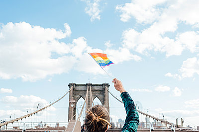 Woman waving LGBT flag in NYC, USA - p300m2155281 by Jose Luis CARRASCOSA