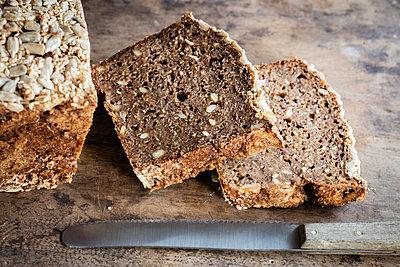 Loaf of Rhenish rye bread with sourdough - p300m2155863 by Eva Gruendemann