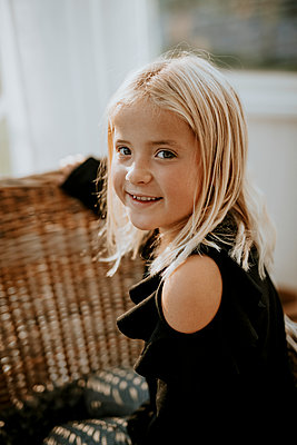 Smiling girl looking at camera - p312m2237154 by Anna Johnsson