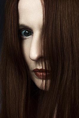 Frau mit langen roten Haaren - p1574m2191460 von manuela deigert