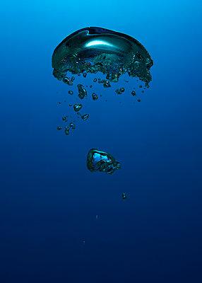 Air bubbles, underwater - p1652m2257777 by Callum Ollason
