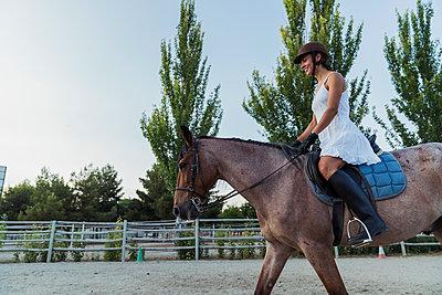 Smiling woman riding on horse - p300m2042163 by Kike Arnaiz