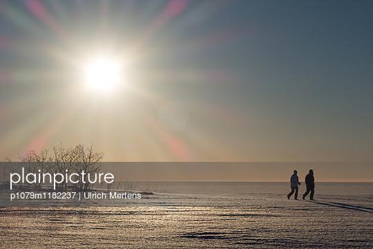 Spaziergang auf dem zugefrorenen Bottnischen Meerbusen - p1079m1182237 von Ulrich Mertens