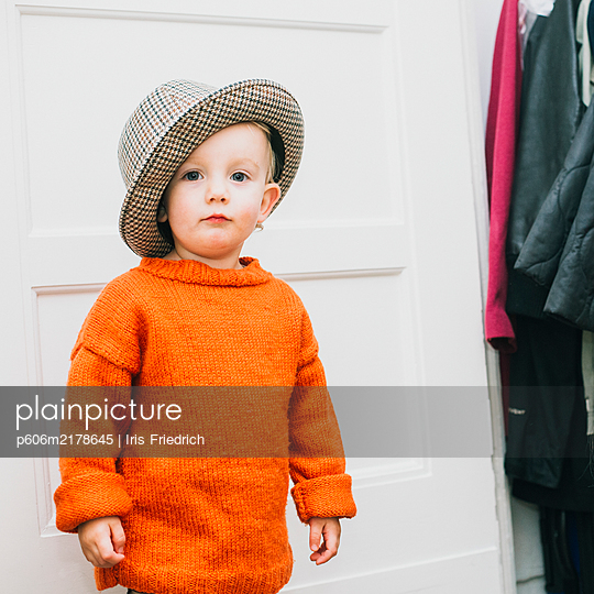 Toddler with a checkered hat - p606m2178645 by Iris Friedrich