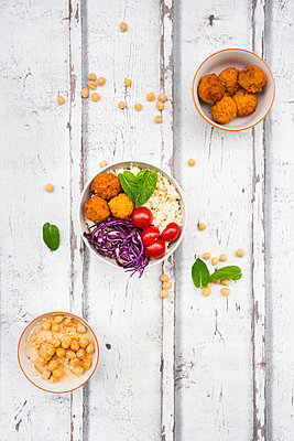 Sweet potato balls, Couscous, Hummus and vegetables in bowls - p300m1562818 by Larissa Veronesi