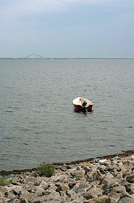 Verlassenes Motorboot in der Ostsee - p4860084 von anneKathringreiner