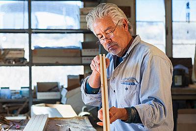 Hispanic craftsman working in studio - p555m1454243 by Marc Romanelli