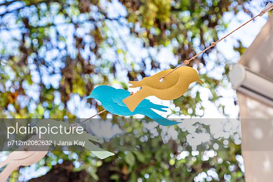 Girlande im Garten - p712m2082632 von Jana Kay