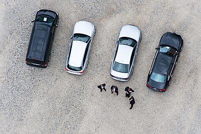 Vier Herren mit ihren Autos - p1079m1184986 von Ulrich Mertens