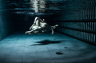 Swimming - p1139m2022098 by Julien Benhamou
