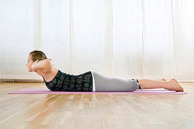 Teenagerin macht Gymnastik - p473m670420f by STOCK4B-RF