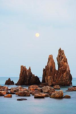 Full moon rising over rock stacks, Hashikuiiwa, Wakayama Prefecture, Honshu, Japan, Asia - p871m962068 by Christian Kober