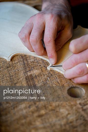 Geigenbau - Draht einlegen in der Geigendecke - p1212m1203354 von harry + lidy