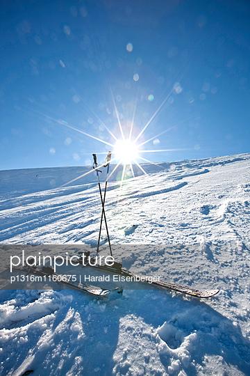 Ski und Skistöck im Gegenlicht, Laax, Kanton Graubünden, Schweiz - p1316m1160675 von Harald Eisenberger