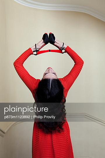 Frau im Treppenhaus - p873m1123892 von Philip Provily