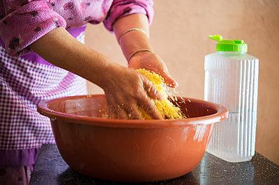 Morocco, Woman preparing food - p1167m2269931 by Maria Schiffer