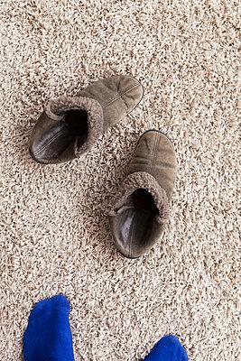 Puschen, Socken, Teppich - p1340m2038591 von Christoph Lodewick