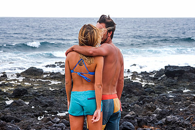 Spain, Tenerife, couple standing on the beach at seaside - p300m1537546 by Simona Pilolla