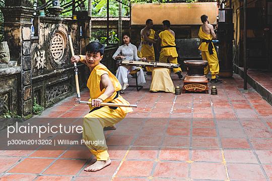 Vietnam, Hanoi, young man exercising Kung Fu - p300m2013202 von William Perugini