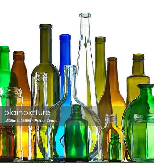 Leere Flaschen - p509m1486669 von Reiner Ohms