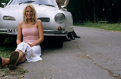 Young woman and classic car - p0810198 by Alexander Keller