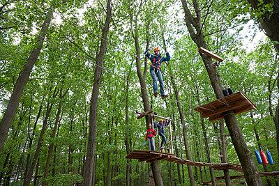 Climbing women - p1231m1138065 by Iris Loonen