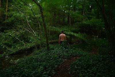 Mann im Wald - p1631m2209788 von Raphaël Lorand