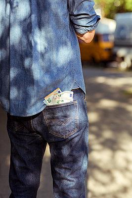 Mann mit einigen Geldscheinen in der Hosentasche - p432m1586842 von mia takahara
