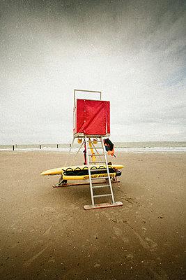 Verlassener Rettungsschwimmerturm am Strand - p946m938943 von Maren Becker