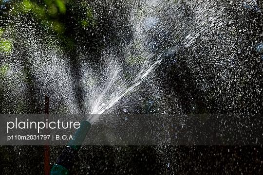 Wasserstrahl im Sonnenlicht - p110m2031797 von B.O.A.