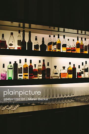 Bar am Abend - p946m1091101 von Maren Becker