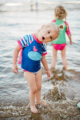 Two toddler girls cooling off at the lake. - p1166m2163020 by Cavan Images