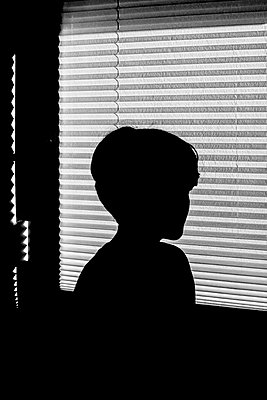 Trauriger Junge am Fenster - p750m2055537 von Silveri