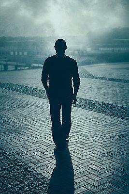 Mann im Nebel - p794m1035068 von Mohamad Itani