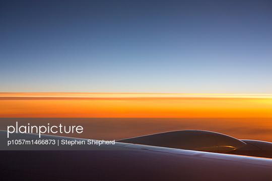 Blick auf den Sonnenuntergang aus einem Flugzeug - p1057m1466873 von Stephen Shepherd