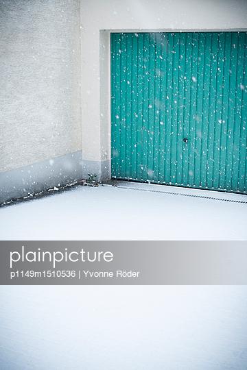 Garage door in winter - p1149m1510536 by Yvonne Röder