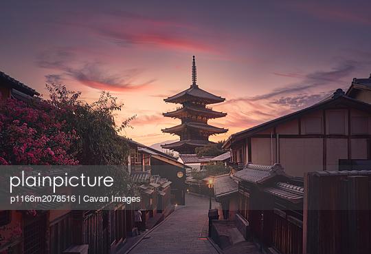 Yasaka Pagoda and Sannen Zaka Street in Kyoto at sunset, Japan. - p1166m2078516 by Cavan Images