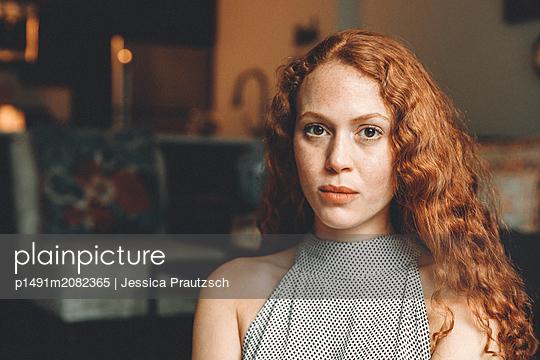 Portrait einer rothaarigen Frau - p1491m2082365 von Jessica Prautzsch