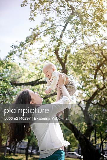 Happy mother having fun with her baby boy in the park - p300m2140297 von Ekaterina Yakunina