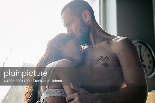 Semi-naked hipster couple bonding at home - p429m2091109 by Frank and Helena